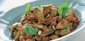 Αγκινάρες με ελιές, ντομάτα και κουκουνάρι