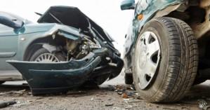 Αυτοκίνητο έπεσε πάνω σε σταθμευμένο όχημα στα Χανιά με τον οδηγό να εγκλωβίζεται