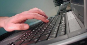 Η ανατροπή στις νέες ταυτότητες - Οι πολίτες θα κάνουν εξουσιοδοτήσεις από τον υπολογιστή