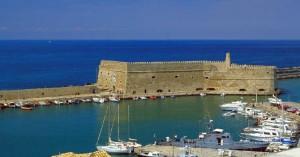 Στην ΜΕΘ του ΠΑΓΝΗ 60χρονος που έπεσε στο λιμάνι του Ηρακλείου