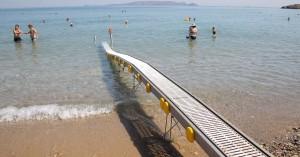 Ρέθυμνο: Χρηματοδοτείται η προμήθεια εξοπλισμού πρόσβασης ΑΜΕΑ σε παραλίες
