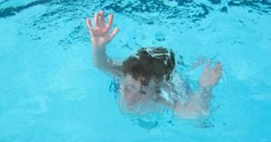 Χανιά: Παραλίγο τραγωδία στην Κίσαμο - Τρίχρονο παιδάκι λίγο έλειψε να πνιγεί στη θάλασσα