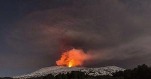 Τουριστικό σκάφος χτυπήθηκε λάβα που εκτοξεύτηκε από το ηφαίστειο