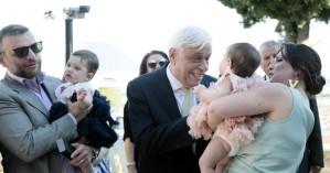 Στη βάφτιση των δίδυμων εγγονών του στην Καλαμπάκα ο Προκόπης Παυλόπουλος