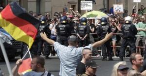Στο «κόκκινο» η ένταση στο Βερολίνο ανάμεσα σε ακροδεξιούς και αντιφασίστες