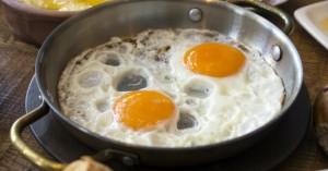 Ποια είναι τα αρνητικά στην υγεία για όσους λατρεύουν τα αβγά;
