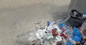 Κολυμπήστε στα σκουπίδια - Κι όμως είναι κεντρική παραλία των Χανίων