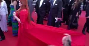 Της πάτησε το φόρεμα κι έμεινε με το εσώρουχο στο κόκκινο χαλί των Καννών