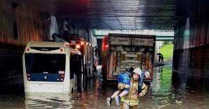 Πλημμύρες στην Τουρκία - Πυροσβέστες μετέφεραν με τα χέρια εγκλωβισμένους