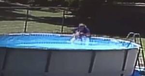 Η στιγμή που μητέρα σώζει τον 17 μηνών γιο της που έπεσε στην πισίνα