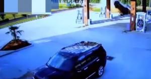 Οδηγός εκτοξεύτηκε με το όχημα της πάνω σε αντλίες βενζινάδικου (βίντεο)