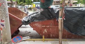 Χανιά: Έκοψαν πινακίδα για να βολέψουν τα μπάζα (φωτο)