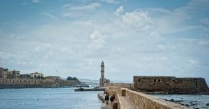 Έκανε βόλτα στο Ενετικό Λιμάνι των Χανίων και έπεσε από τον λιμενοβραχίονα