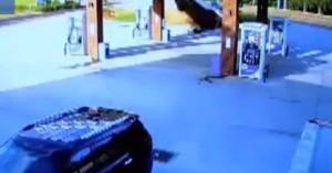 Αμάξι εκτοξεύεται στον αέρα καρφώνεται σε βενζινάδικο και μετά...
