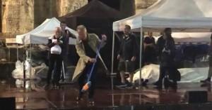 Στιγκ!Βγήκε με σκούπα στο Ηρώδειο και καθάρισε τη σκηνή από τα νερά(βίντεο)