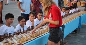 Έπαιξαν σκάκι στο Παλιό Λιμάνι με την παγκόσμια πρωταθλήτρια σκακιού(φωτο)