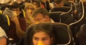 Δεκάδες επιβάτες σε πτήση «εφιάλτη» κατέληξαν στο νοσοκομείο με αίμα