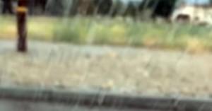 Άνοιξε το παράθυρο του αυτοκινήτου ενώ έβρεχε και να τι έπαθε
