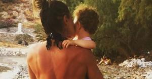 Ελληνίδα παρουσιάστρια αγκαλιά με την ενός έτους κόρη της