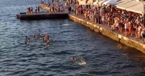 Γάλλοι κάνουν βουτιές στο παλιό λιμάνι των Χανίων και πανηγυρίζουν (βιντεο)