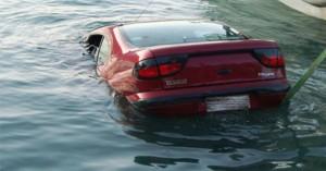 Αυτοκίνητο έκανε βουτιά στη θάλασσα