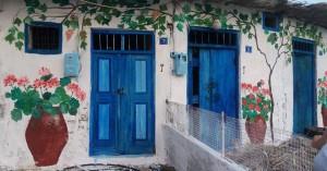 Κρήτη: Ζωγραφίζει τα ερειπωμένα σπίτια και δίνει ζωή στο χωριό (φωτο)