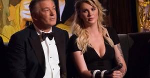 Η σέξι πόζα της Άιρλαντ Μπάλντουιν «ανέβασε» την πίεση του πατέρα της