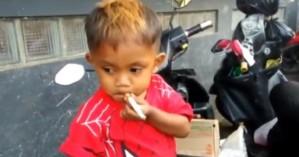 Είναι μόλις 2,5 ετών και καπνίζει 40 τσιγάρα την ημέρα (βίντεο)