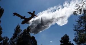 Με εναέρια μέσα συνεχίζεται η επιχείρηση κατάσβεσης της πυρκαγιάς