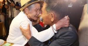 Δάκρυα στη συνάντηση μητέρας-γιου μετά από 68 χρόνια