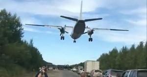 Φοβερό! Πολεμικά αεροσκάφη προσγειώνονται σε αυτοκινητόδρομο (βίντεο)