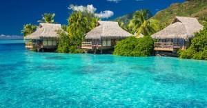 Βαθυγάλανες θάλασσες και σμαραγδένιες παραλίες στη Μουρέα