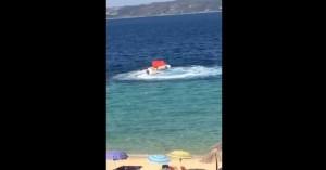Βίντεο: Ακυβέρνητο σκάφος προσκρούει στα βράχια στη Χαλκιδική