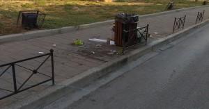 Λάδια και σκουπίδια έξω από καλαθάκι σε δρόμο δίπλα στην παλιά πόλη