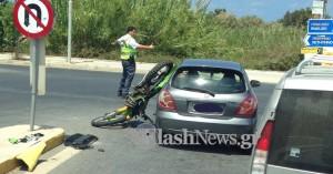 Μηχανή καρφώθηκε σε αυτοκίνητο στο Ρέθυμνο (φωτο)