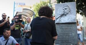 Η μητέρα του Παύλου Φύσσα άναψε κερί στο σημείο της δολοφονίας του