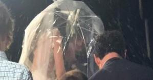 Γαμπρός πήγε στην εκκλησία με κράνος και νύφη με ομπρέλα, χωρίς να βρέχει