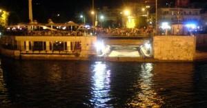 Βούτηξε στα... τρελά νερά της Χαλκίδας με ανοιχτή τη Γέφυρα του Ευρίπου