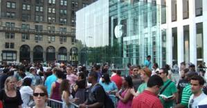 Ρώσοι πουλούν θέση στην ουρά για την αγορά του νέου iPhone έναντι 3.185 €