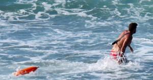 Ένας νεκρός και ένας διασωθείς σε παραλία στα Χανιά
