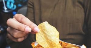 Η επιστήμη εξήγησε το γιατί δεν μπορούμε να σταματήσουμε να τρώμε πατατάκια