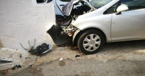 Μετωπική... με τοίχο είχε αυτοκίνητο στον Αποκόρωνα (φωτο)