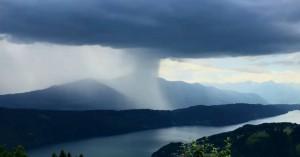 Aπίθανο time-lapse βίντεο από σύννεφο που απελευθερώνει τόνους βροχής
