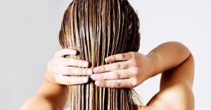 Λάδι καρύδας: Οφέλη & κίνδυνοι από τη χρήση στα μαλλιά