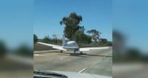 Αεροπλάνο κάνει αναγκαστική προσγείωση σε... αυτοκινητόδρομο (βίντεο)