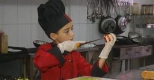 Πιτσιρικάς με λευχαιμία προκαλεί θαυμασμό με τις μαγειρικές ικανότητές του