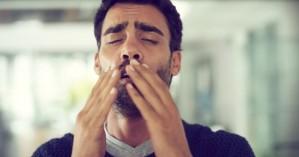 Τι μπορεί να συμβεί αν «κρατάτε» το φτέρνισμα