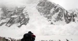 Κατέγραψαν τη στιγμή που πέφτει πάνω τους χιονοστιβάδα