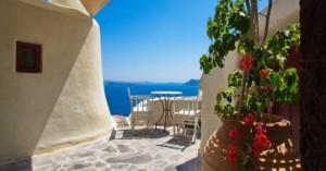 Telegraph: Άστεγοι οι Έλληνες λόγω Airbnb και «χρυσής» βίζας