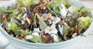 Πράσινη σαλάτα με καραμελωμένα καρύδια και σάλτσα μπλε τυριού